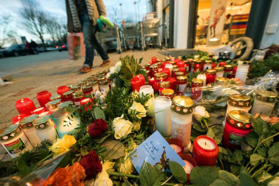 Dezember 2018: Nach dem Messerangriff auf die 15-jährige Mia liegen Blumen und Kerzen vor dem Drogeriemarkt, in dem die Bluttat geschah.