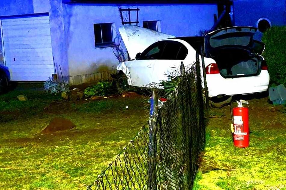 Autofahrer kommt von Fahrbahn ab und rast in Vorgarten: Beifahrer flieht!