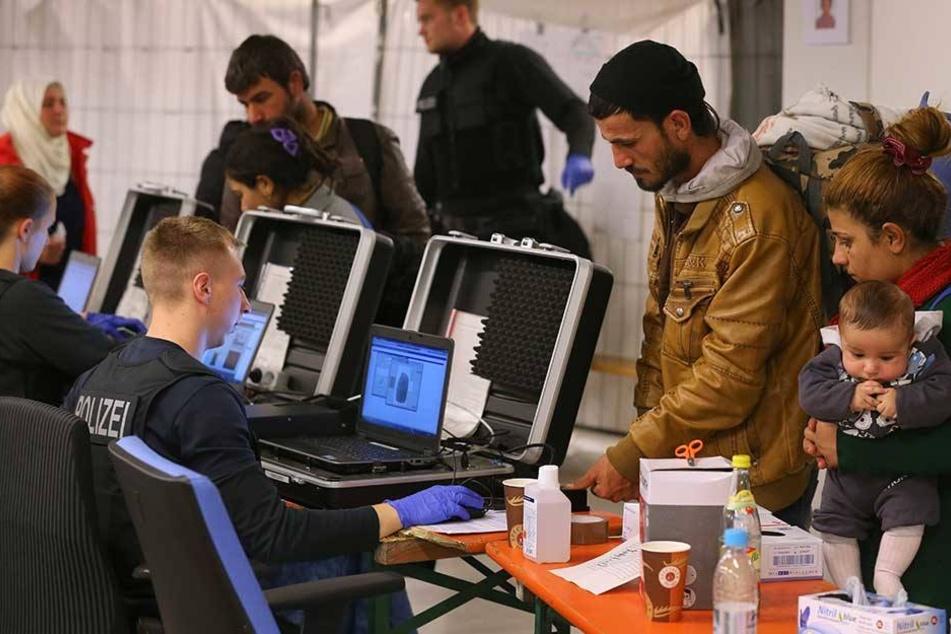 Flüchtlinge bei der Registrierung.