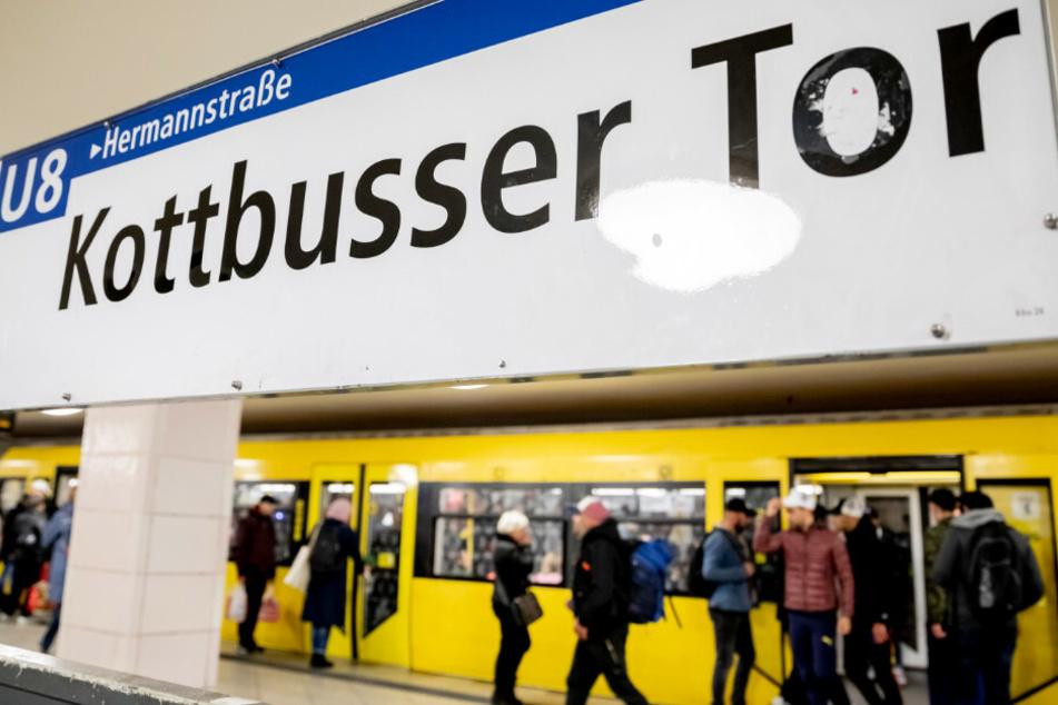 Ein Mann ist Ende Oktober in Berlin-Kreuzberg vor eine U-Bahn gestoßen worden. (Symbolbild)