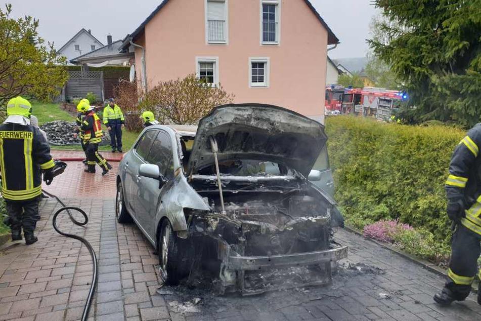 Der Toyota brannte aus.