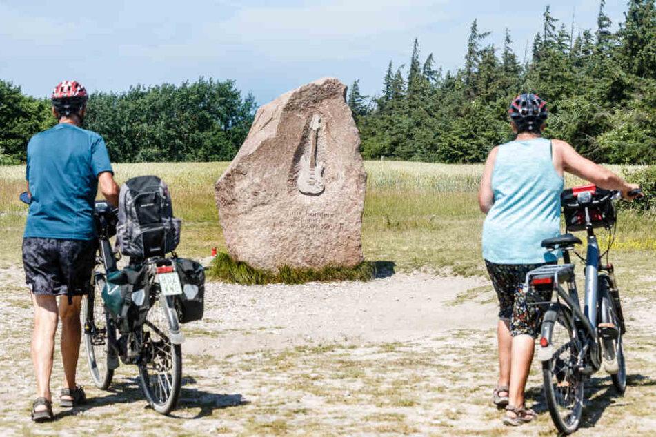 """Der Jimmy-Hendrix-Gedenkstein am Flügger Strand auf Fehmarn erinnert an den Auftritt des Rockmusikers beim """"Love-and-Peace-Festival""""."""