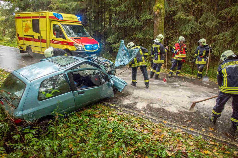 Der Renault wurde bei dem Unfall stark demoliert.