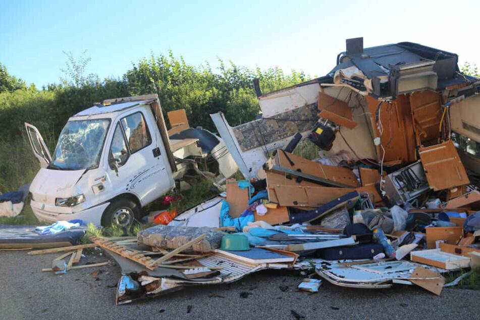 Das Wohnmobil wurde bei dem Überschlag komplett zerstört.