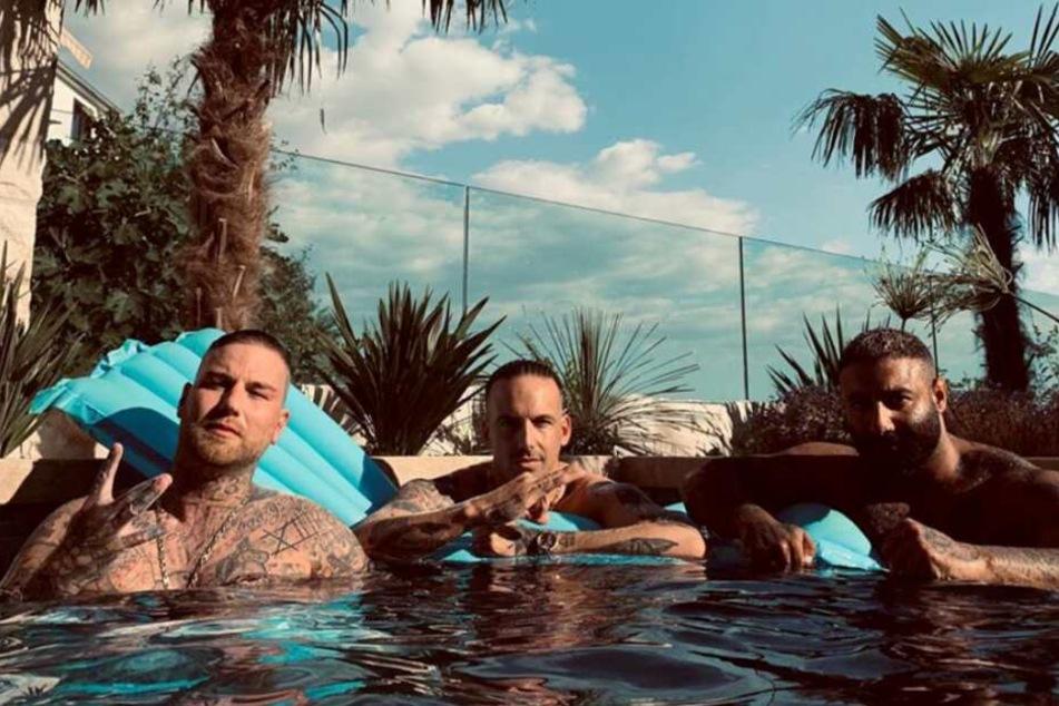 Marten, Raf Camora und ein weiteres Banden-Mitglied lassen es sich im Pool gut gehen.