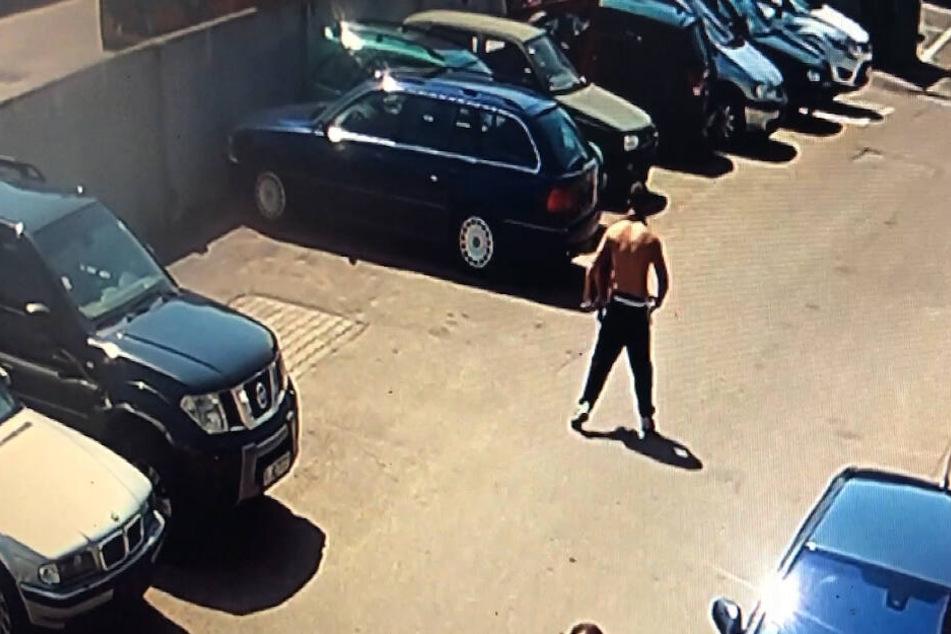 Der Täter beim Verlassen des Gebäudes.