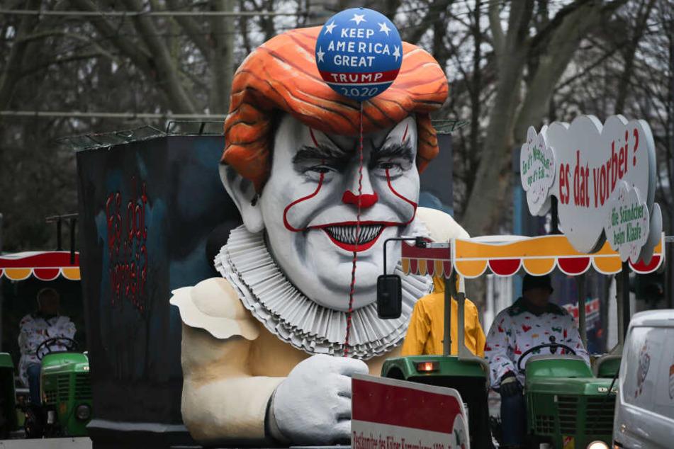 Ein Motivwagen Donald Trump steht auf der Straße vor Beginn des Rosenmontagszugs. Mit den Rosenmontagszügen erreicht der rheinische Straßenkarneval seinen Höhepunkt.