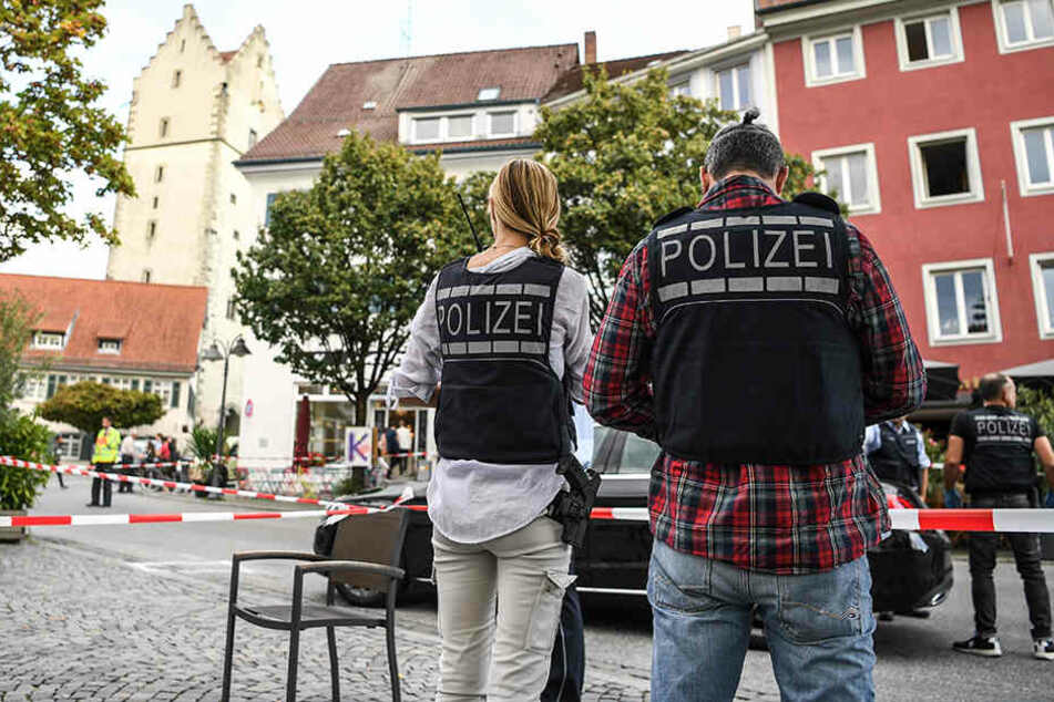 Polizisten ermitteln am Tatort in Ravensburg.