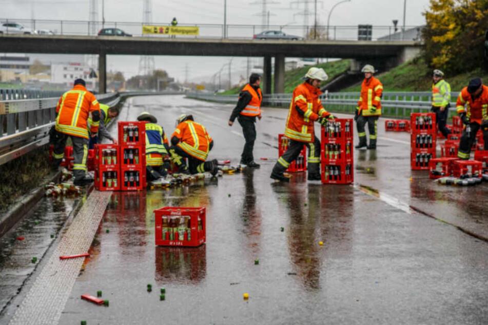 Einsatzkräfte beseitigten die Kisten von der Fahrbahn.