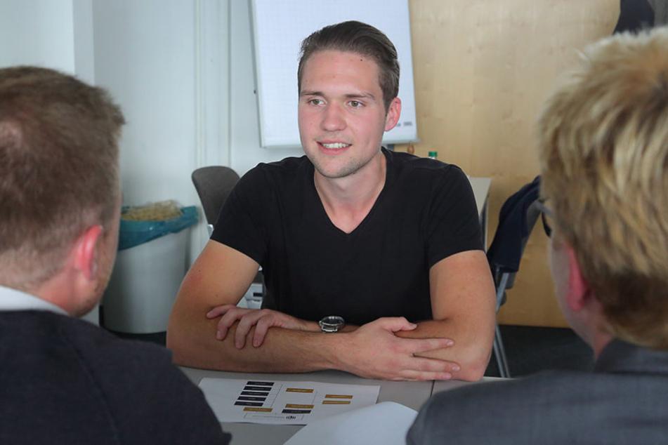 Lars-Erik Naumann (20) im Gespräch mit Doris Tamme (54) und Tommy Dörfler  (28) von der Firma MWWM Ausbau.
