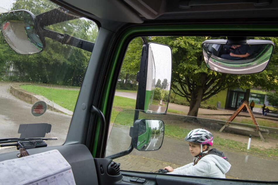 Radfahrer im sogenannten toten Winkel werden oft von Autofahrern übersehen.