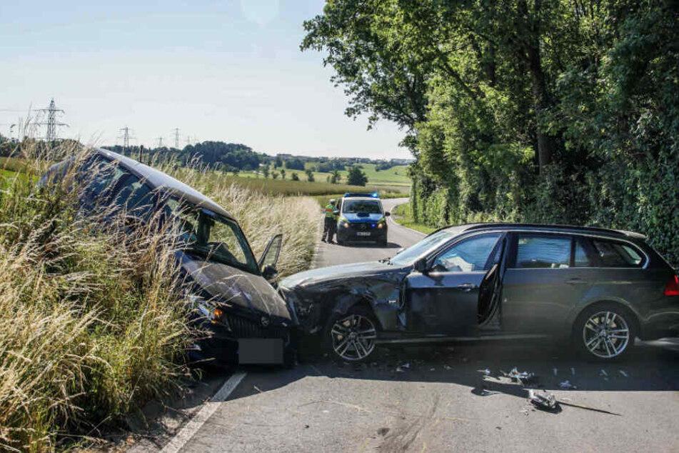 Die Autos stießen frontal zusammen.