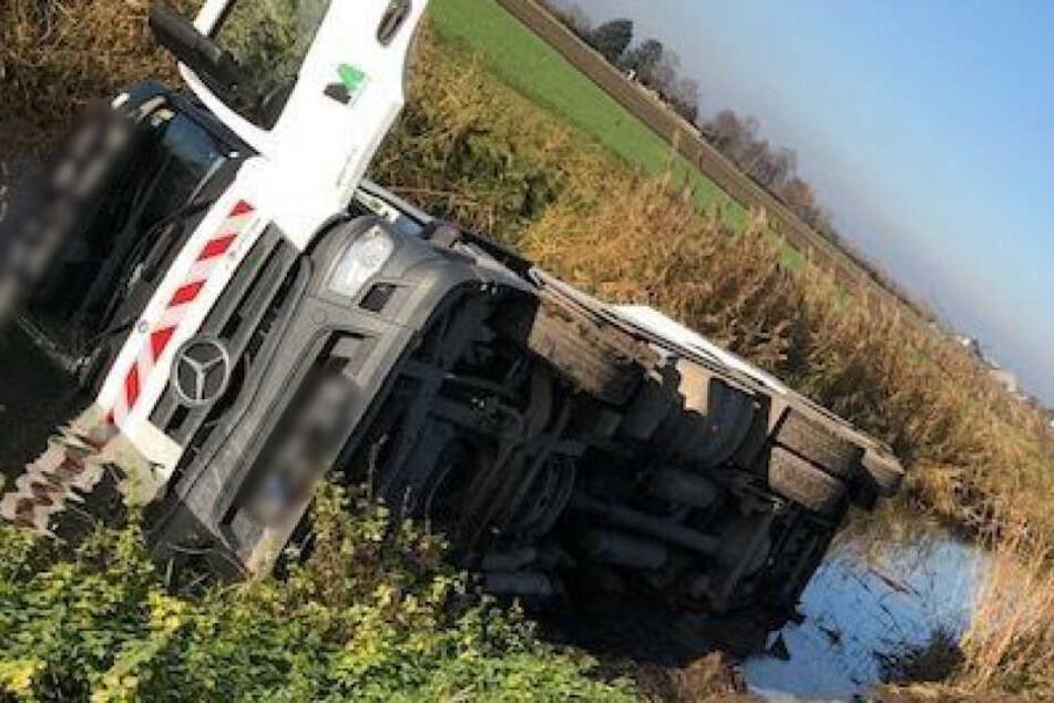 Brummifahrer verliert Kontrolle über Fahrzeug: Müllauto kippt in Bachlauf
