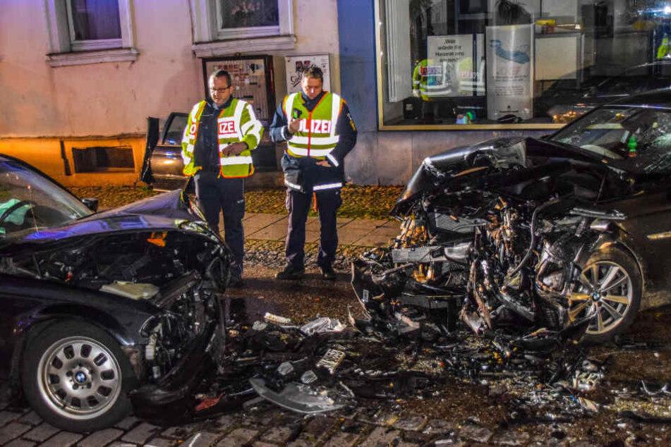Polizisten an der Unfallstelle in Philippsburg. Links der BMW des 21-Jährigen, rechts der Wagen des Unfallverursachers.