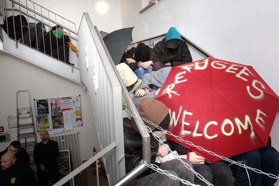 Die Treppe im Bürgerzentrum besetzten die Blockierer.