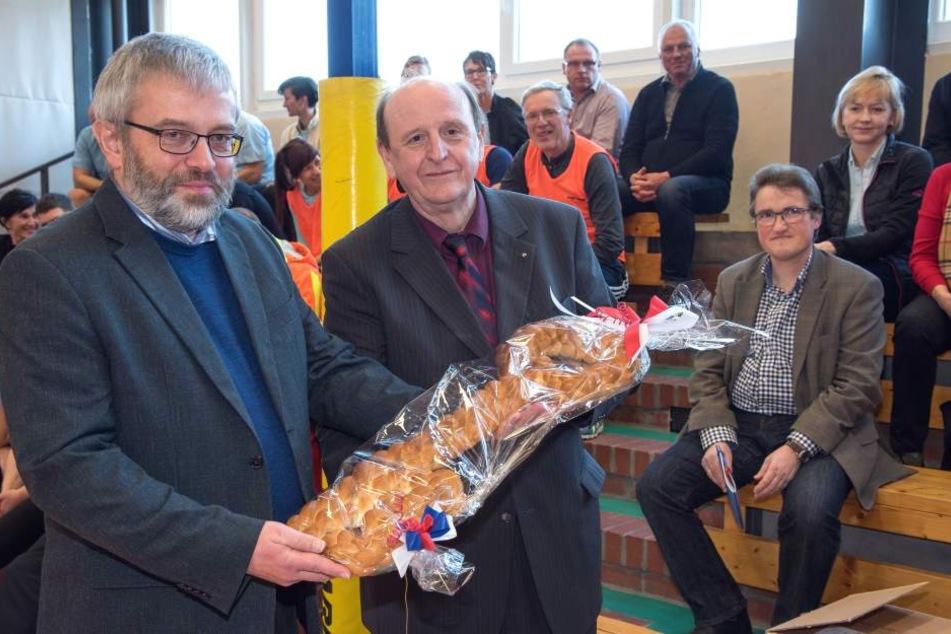Der Zwickauer Landrat Christoph Scheurer (61, rechts) rechts übergibt an Wilkau-Haßlaus Bürgermeister Stefan Feustel (54, CDU) symbolisch den Schlüssel für die Vierfeld-Sporthalle.