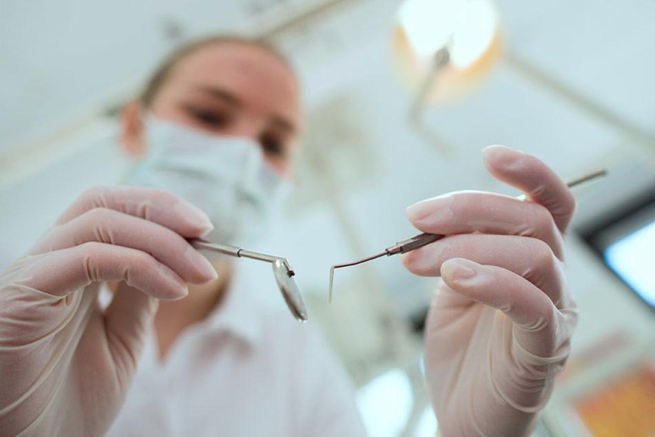 Der Peruaner wurde aufgrund einer Entzündung des Zahnmarks zum Zahnchirurgen geschickt. (Symbolbild)