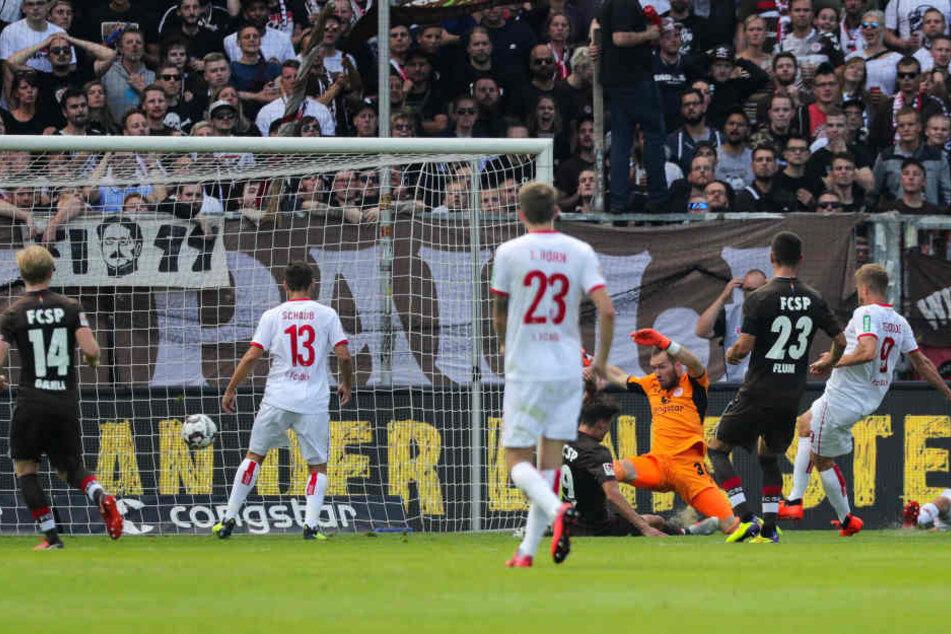 Goalgetter Simon Terodde (r.) trifft zum 2:2-Ausgleich.