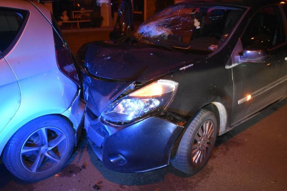 Die Frau krachte mit ihrem Auto in andere abgestellte Fahrzeuge.