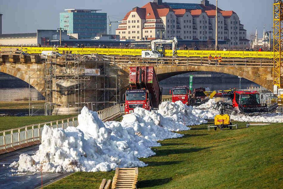Zwölf Laster rotierten zwischen Flughafen und Elbufer, um Schnee anzukarren.
