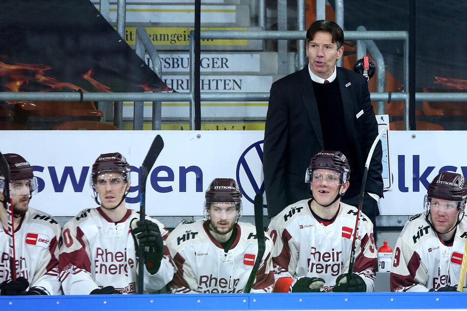 Headcoach Uwe Krupp (55, stehend) und seine Mannschaft sind nach dem Sieg wieder in Schlagdistanz zu den Playoff-Plätzen. (Archivbild)