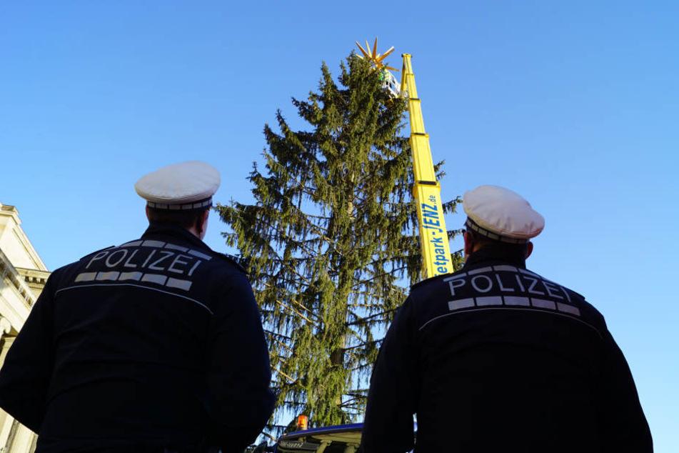 Polizeibeamte beabachten, wie der Weihnachtsstern wieder fixiert wird.