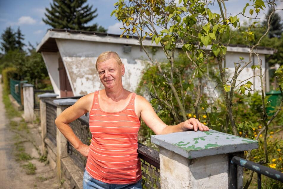 Wege-Vorsitzende Antje Noack (60) am berühmten Gartenzaun der Hellersiedlung. Hinten die Garage, die auch in der Serie zu sehen ist.