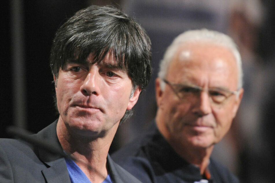 Die Entscheidung von Joachim Löw (l.) drei Bayern-Stars aus der Nationalmannschaft zu nehmen findet Franz Beckenbauer (r.) strittig (Archivbild)