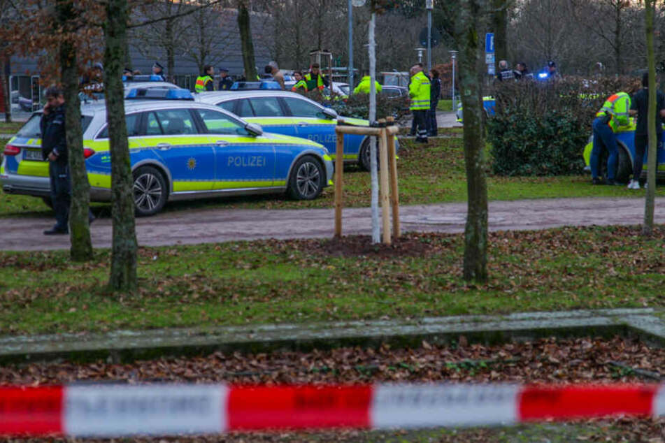 Polizeiautos hinter Absperrband.