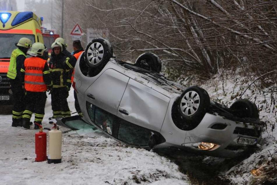 Weil sie bei winterlichen Verhältnissen zu schnell unterwegs war, landete diese Autofahrerin samt Wagen auf dem Dach.
