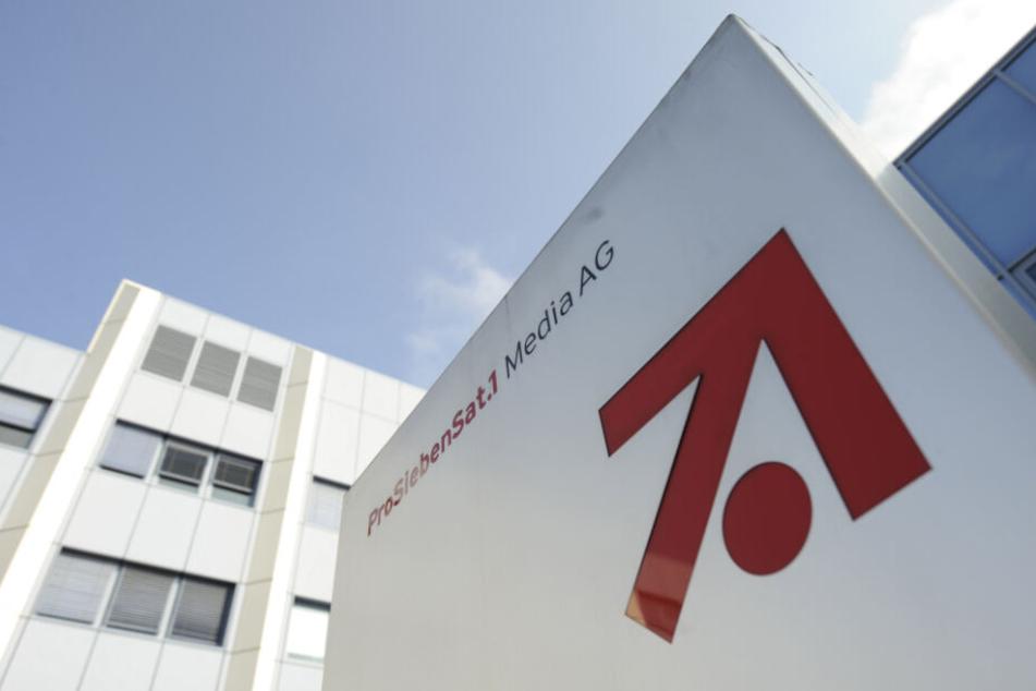 Das Konzern-Logo der ProSiebenSat.1 Media AG ist am Eingang zur Konzern-Zentrale in Unterföhring zu sehen.