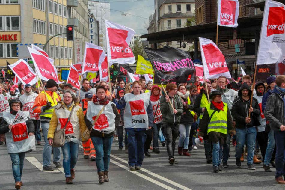 Erneut ruft die Gewerkschaft Verdi zum Warnstreik aus. Hier demonstrierten Arbeiter 2016 auf dem Jahnplatz.
