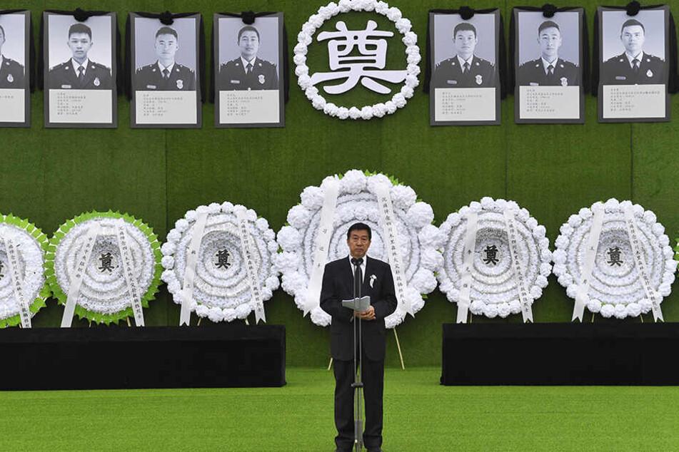 Wang Yong, Staatsrat von China, nimmt an einer Gedenkfeier für die 30 Opfer eines Waldbrandes, der in einem Waldgebiet im Kreis Muli in der südwestchinesischen Provinz Sichuan Ende März ausgebrochen war, teil.