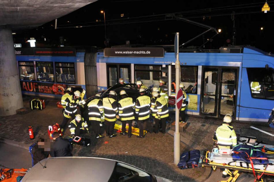 Die Feuerwehr befreite die beiden Frauen aus dem Auto.