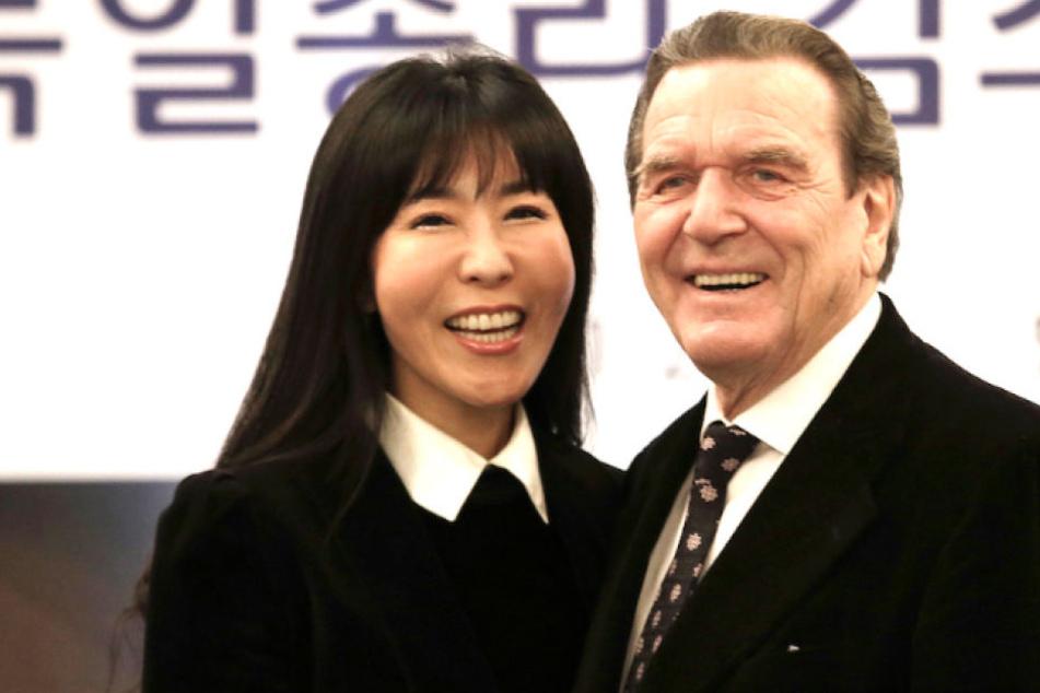 Überglücklich: Alt-Kanzler Gerhard Schröder (74) mit seiner Frau Kim Soyeon (48).