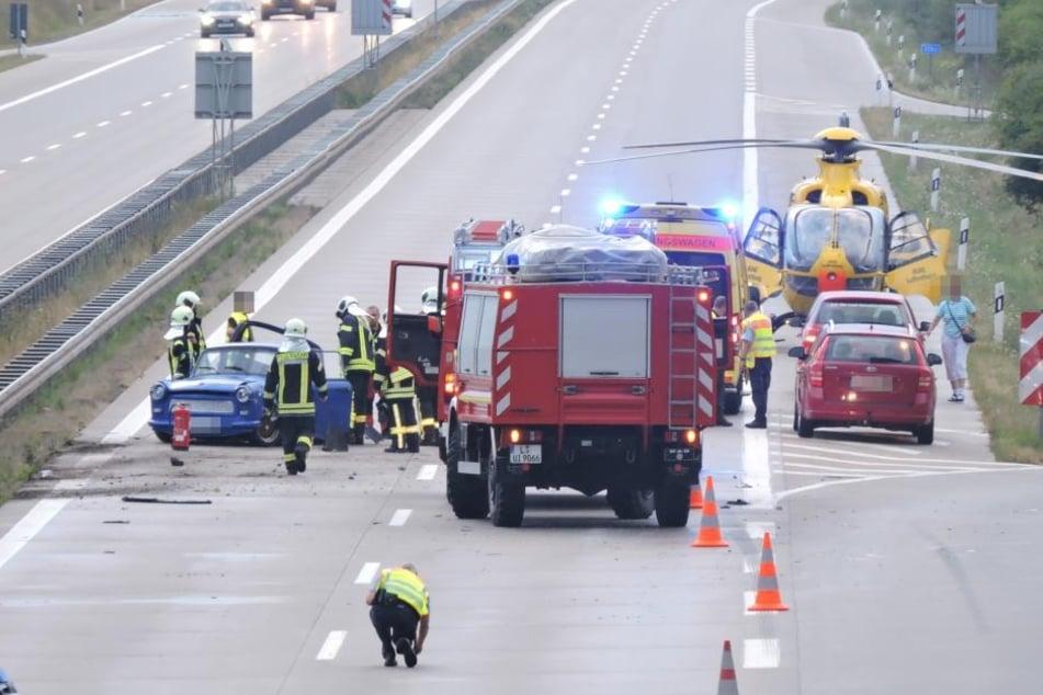 Nach dem Crash drehte sich der blaue Trabant und blieb entgegen der Fahrtrichtung stehen.