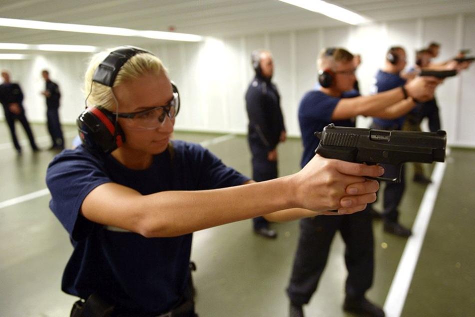 Berliner Polizeischüler beim Schießtraining.