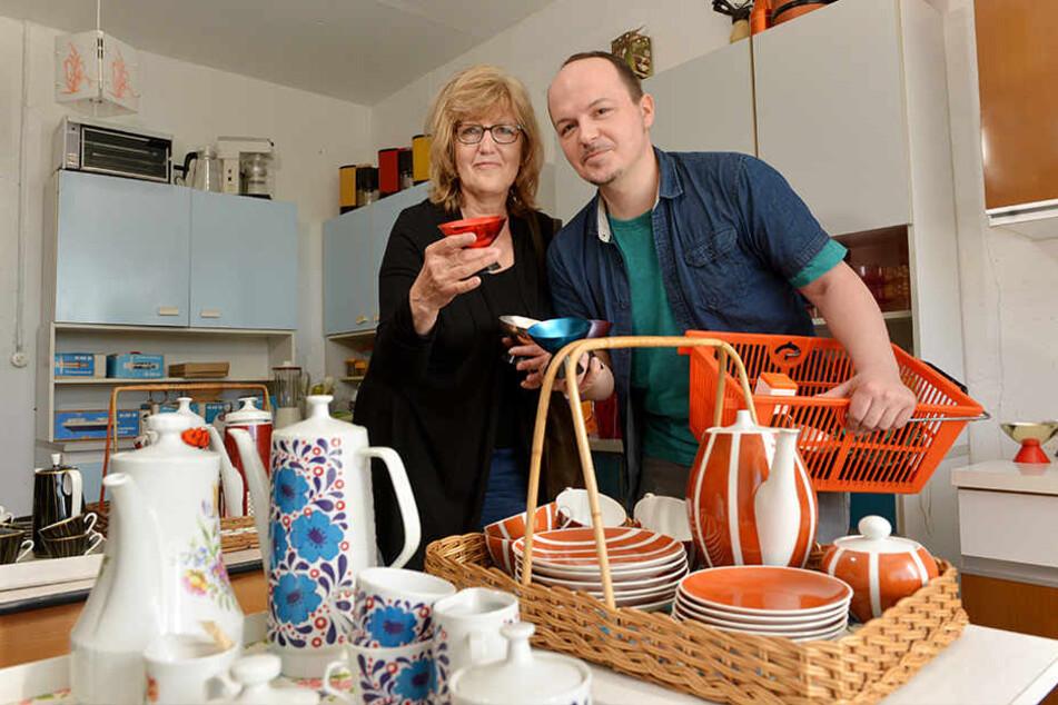 Shopping-Ausflug mal anders. Birgit Szabo (63) und Sohn Kornél (35) kauften allerhand Küchen-Utensilien von damals.