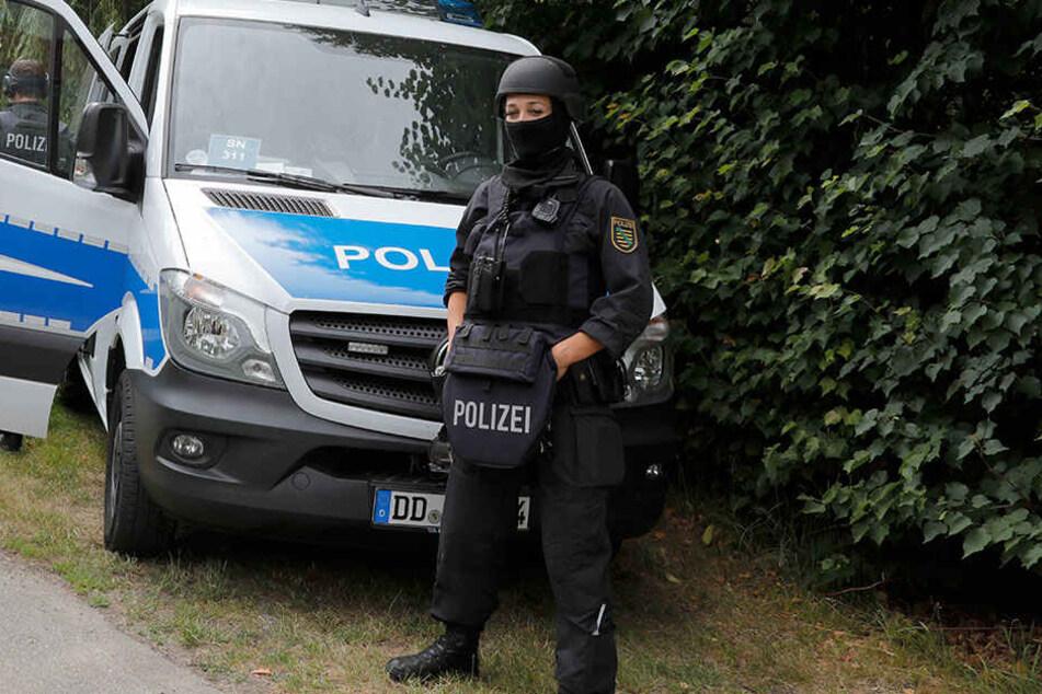 Schwer bewaffnete Polizisten sichern seit Sonntag die Umgebung des Wohnhauses der bedrohten Familie. Nach dem irren Stalker wird verzweifelt gesucht