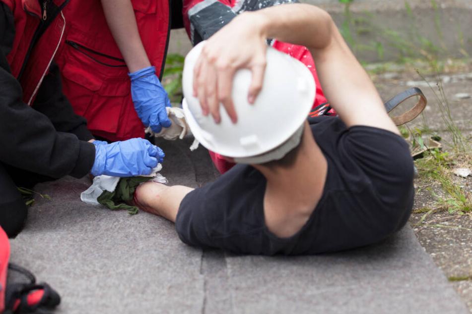 Der Bauarbeiter wurde mit einer Drehleiter der Höhenrettung aus der Grube gehoben. (Symbolbild)