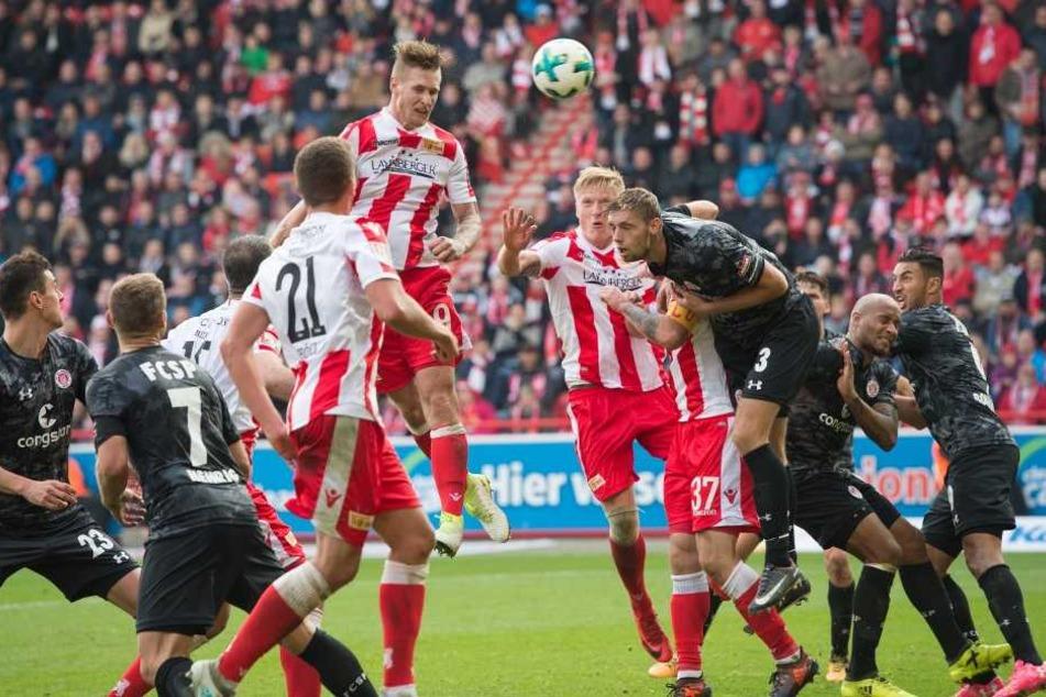 Unions Sebastian Polter (M) springt im Strafraum am Höchsten und köpft den Ball in das Tor zum 1:0 Endstand.