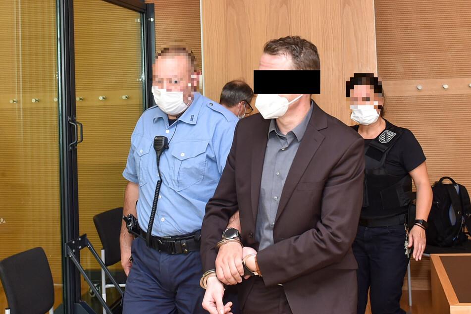 Seit über sechs Monaten sitzt der Wirt schon hinter Gittern. Nun begann der Prozess gegen ihn am Landgericht Dresden.