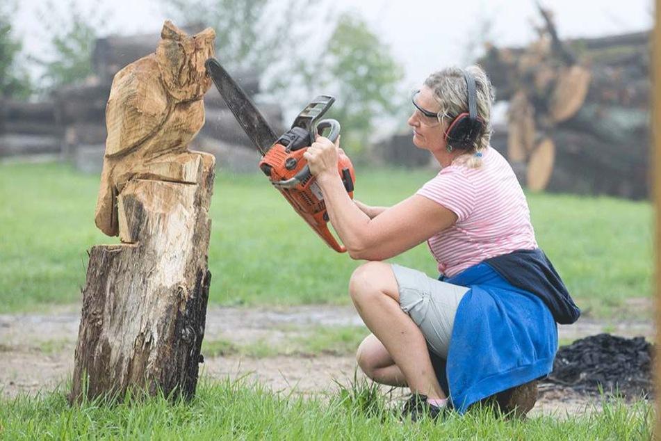 Gekonnt: Schnell schält Karen Hobelsberger mit der Kettensäge eine Eule aus  dem Holz.