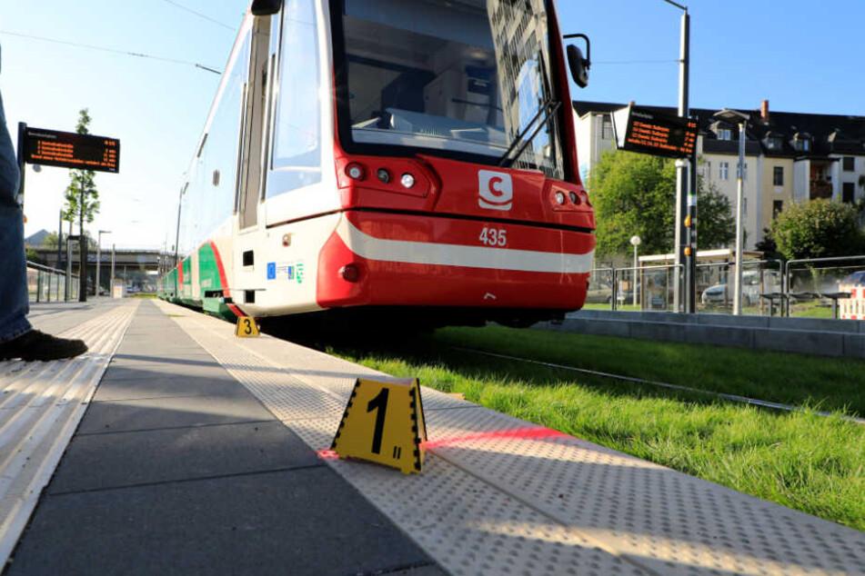 Die Frau geriet unter die Straßenbahn.