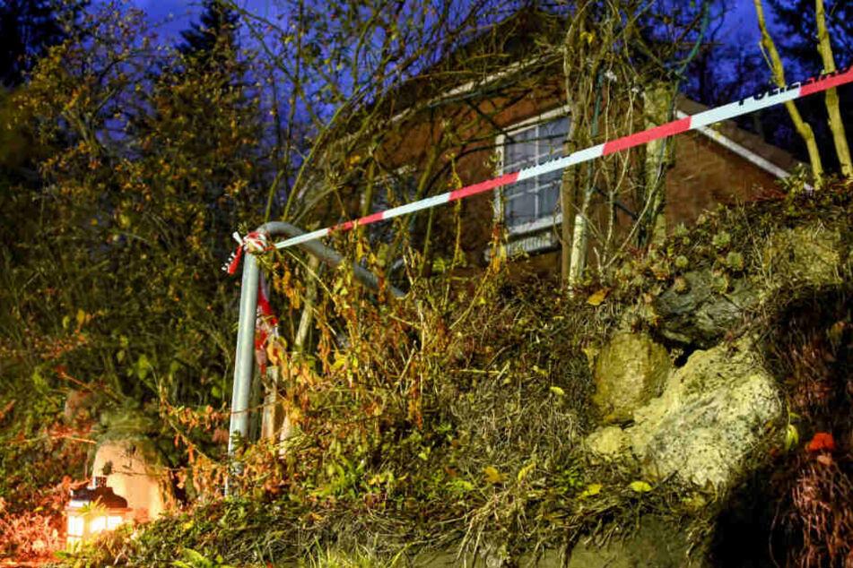 In dem Haus in Wittenburg geschah die Bluttat. Die Polizei hat es nach der Tat abgesperrt, außerdem wurde von Unbekannten ein Grablicht aufgestellt.