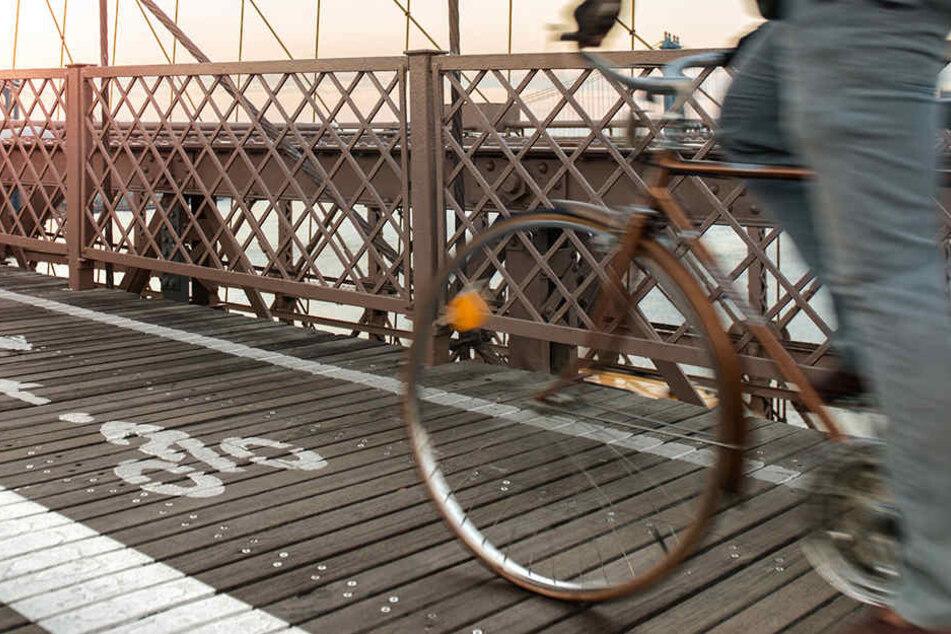 Ein 57-jähriger Radfahrer verstarb am Unfallort, nachdem er von einer Brücke stürzte. (Symbolbild)