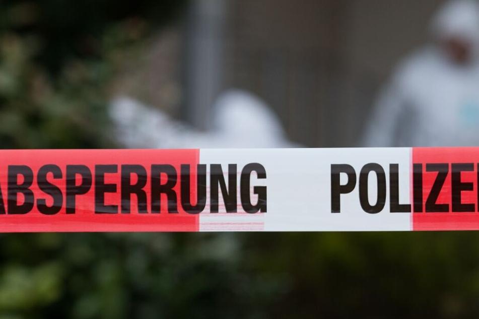 Die Spurensicherung untersucht den Tatort. (Symbolbild)