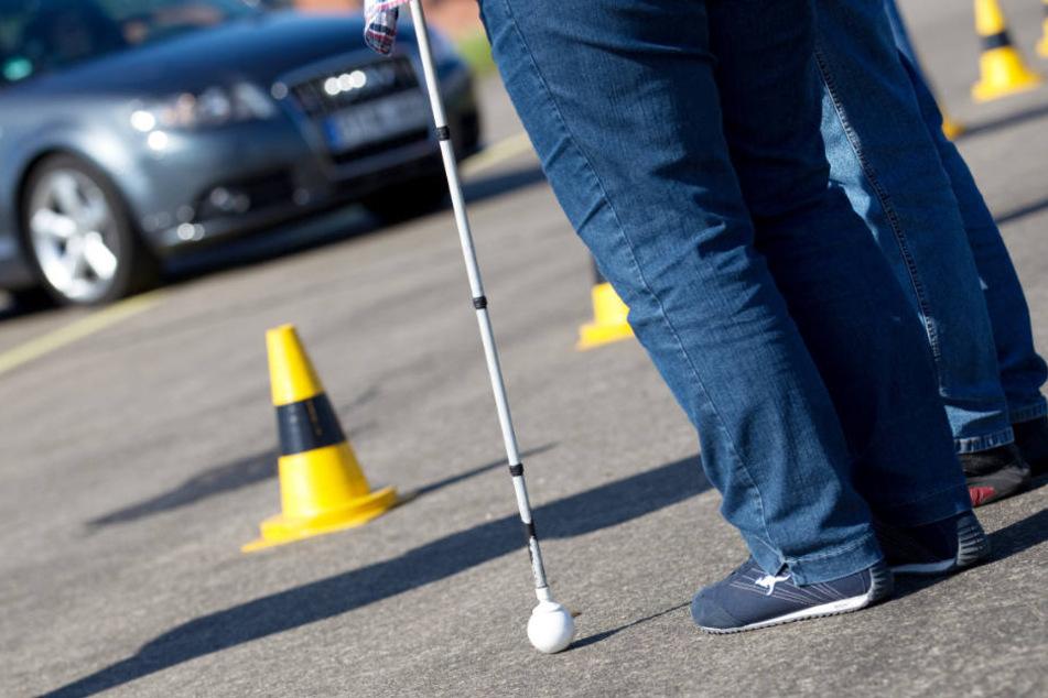 Dreist: Blinde Frau wird angefahren, Autofahrer haut einfach ab