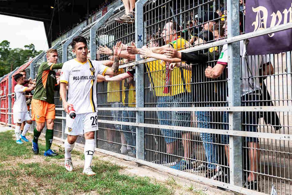 Fast schüchtern klatschten die Dynamo-Spieler nach der Partie mit ihren Fans ab.