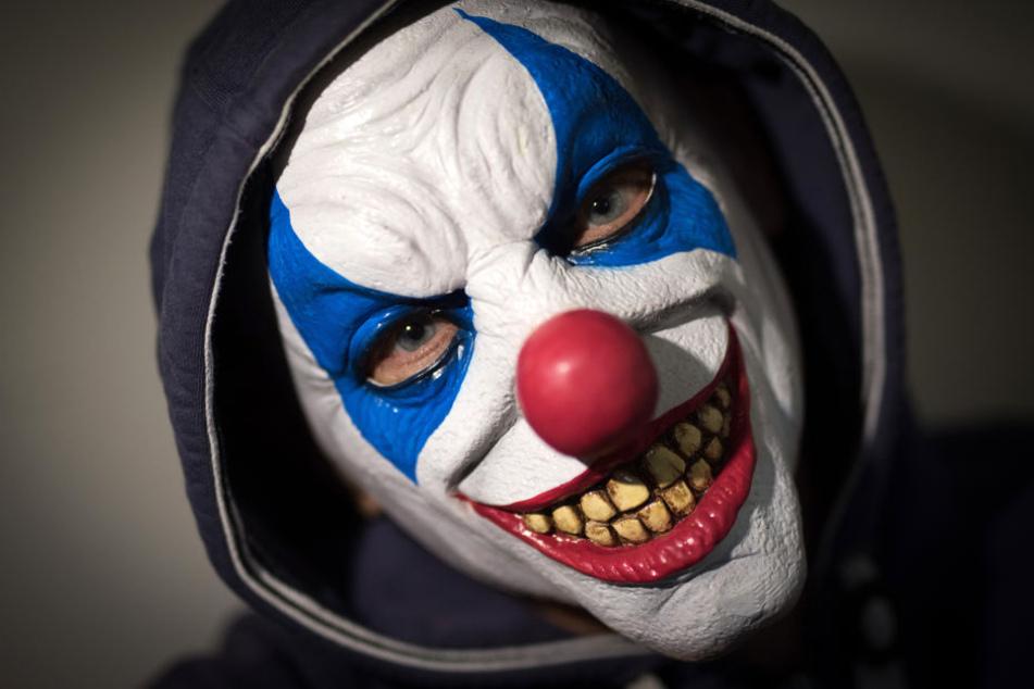 Eine Frau, die als Clown verkleidet Autofahrer erschreckte, wurde nun zu einer Haftstrafe auf Bewährung verurteilt.